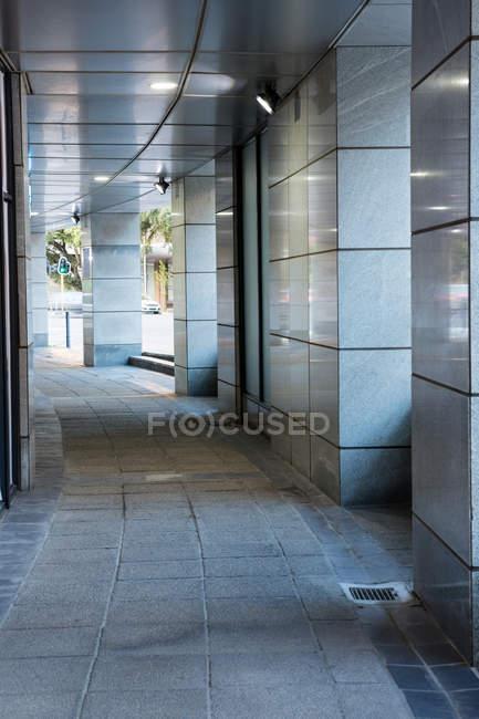 Vista urbana del corridoio vuoto in un moderno edificio per uffici — Foto stock