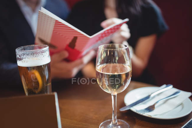 Gros plan sur les boissons sur la table au restaurant — Photo de stock