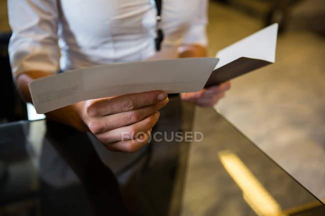 Empresário de verificação de cartão de embarque e o passaporte no terminal do Aeroporto — Fotografia de Stock
