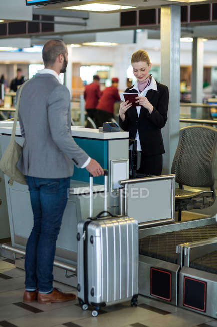 Приміський, стоячи на лічильник при супутніх перевірки свій паспорт на термінал — стокове фото