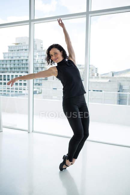 Танцовщица практикует танец в студии — стоковое фото