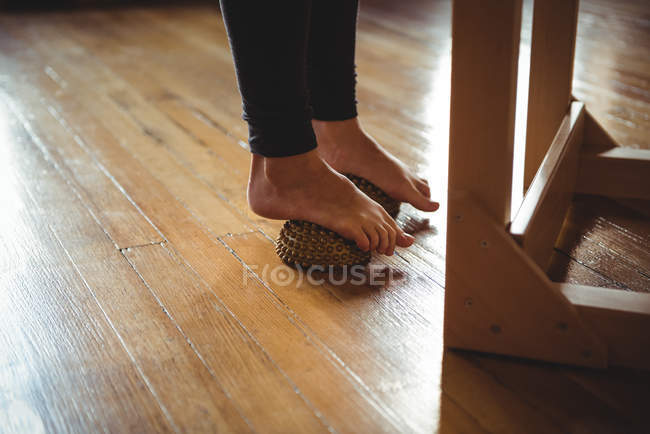Füße der Frau zu Fuß Ausübung Massageball im Fitness-studio — Stockfoto