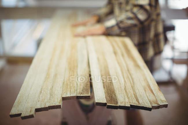 Деревянные доски в мастерской по серфингу — стоковое фото