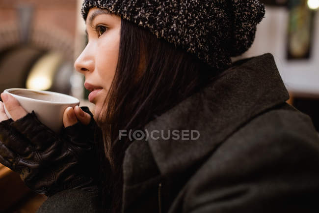 Закри одна жінка кави в приміщенні — стокове фото