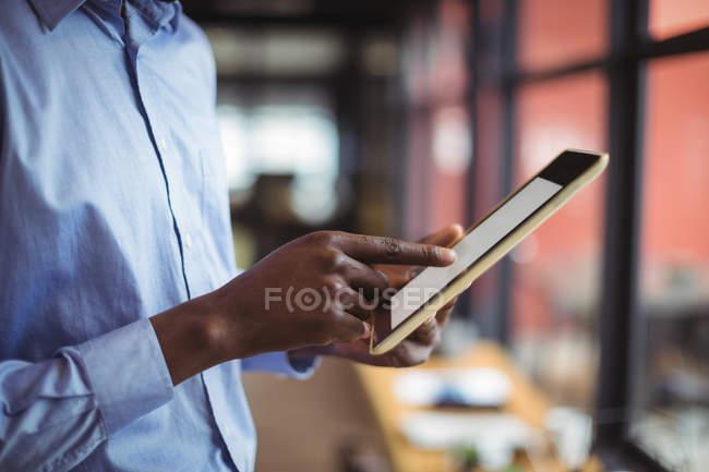 Розділ середині бізнесмен, використовуючи цифровий планшетний в офісі — стокове фото
