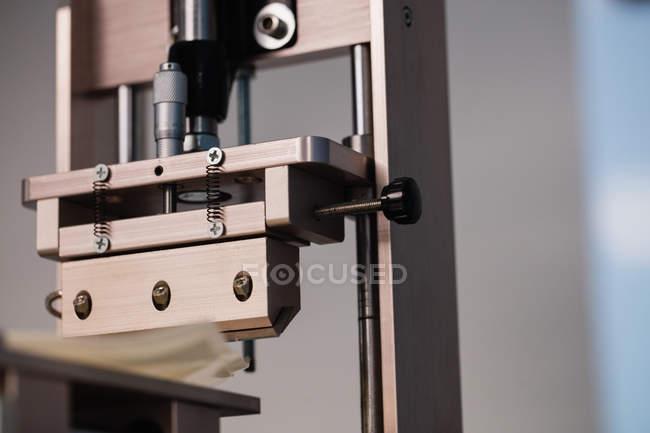 Primer plano de un equipo electrónico de reparación en centro de servicio - foto de stock