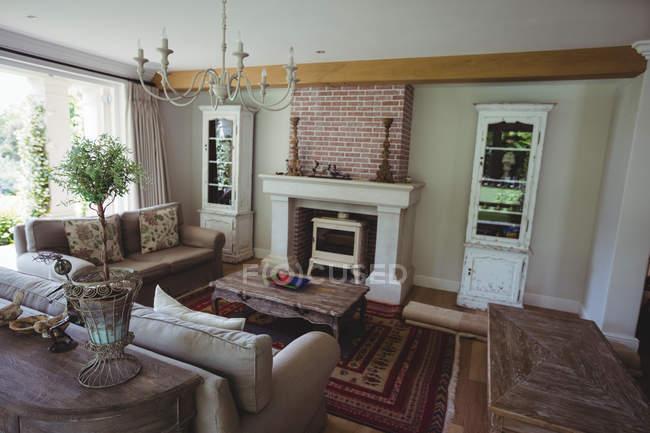 Интерьер гостиной с камином — стоковое фото