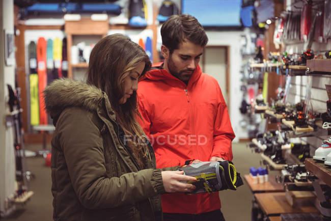 Coppia selezionando scarpa insieme in un negozio — Foto stock