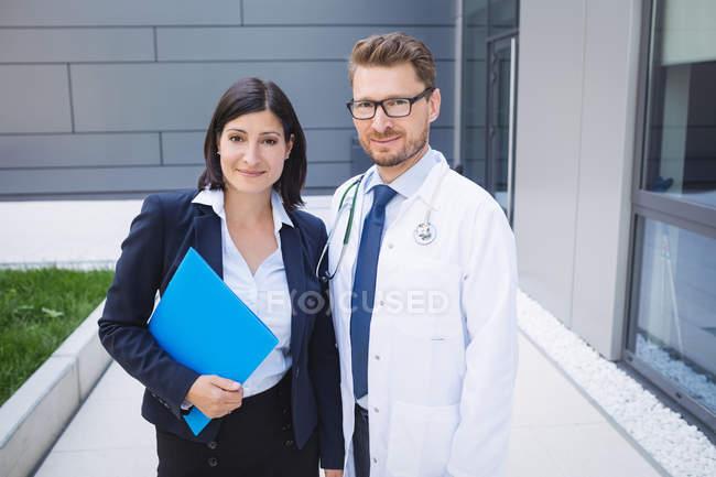 Ritratto di medici sorridenti in piedi insieme nei locali ospedalieri — Foto stock