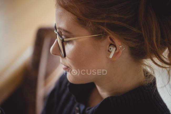Nahaufnahme einer schönen Frau mit drahtlosen Kopfhörern — Stockfoto