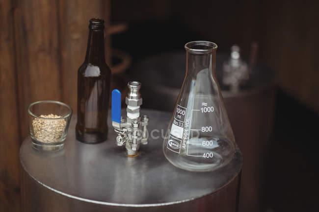 Стакан бутылка ячменя, настой и пиво на пиво сусла сделать пиво в пивоварне дома — стоковое фото