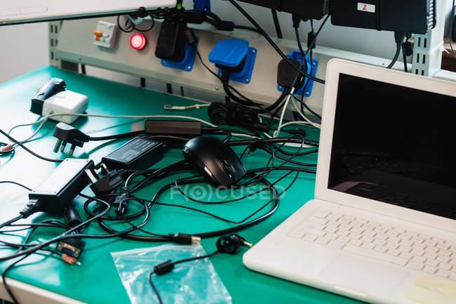 Laptop sul tavolo in un centro di riparazione — Foto stock