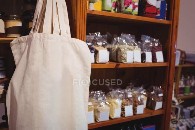 Разнообразие упакованных продуктов питания в супермаркете — стоковое фото