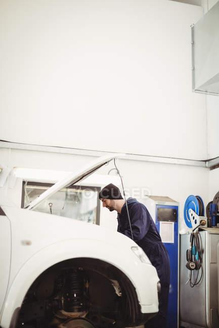 Mecánica de mantenimiento de coches en el garaje de reparación - foto de stock