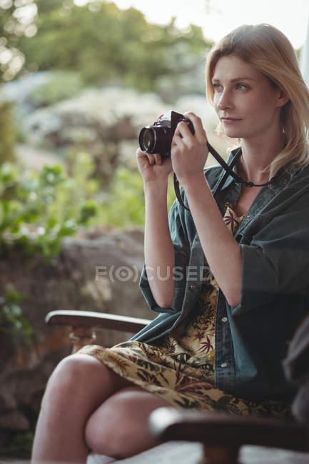 Mulher bonita tirando fotos com câmera digital — Fotografia de Stock