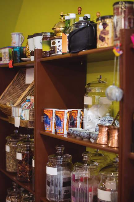 Verschiedene Glas-Geschirr und Behälter angeordnet mit türkischen Süßigkeiten in den Regalen im shop — Stockfoto