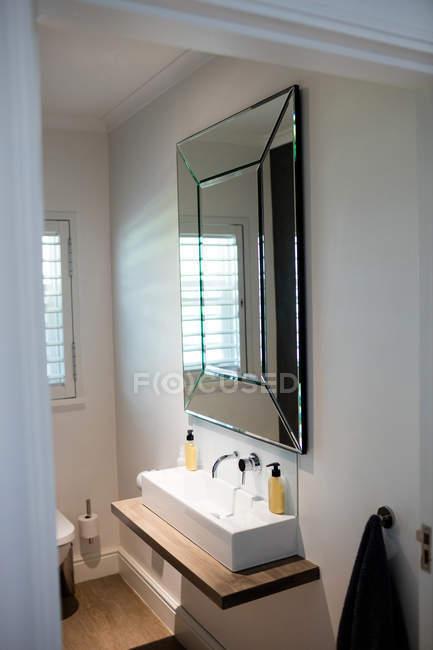 Vazia casa de banho com lavatório de mão em casa — Fotografia de Stock