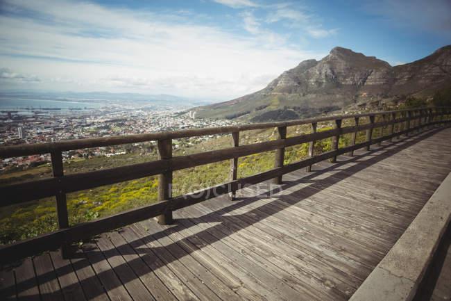 Живописный вид деревянный пешеходный мост в горном районе — стоковое фото