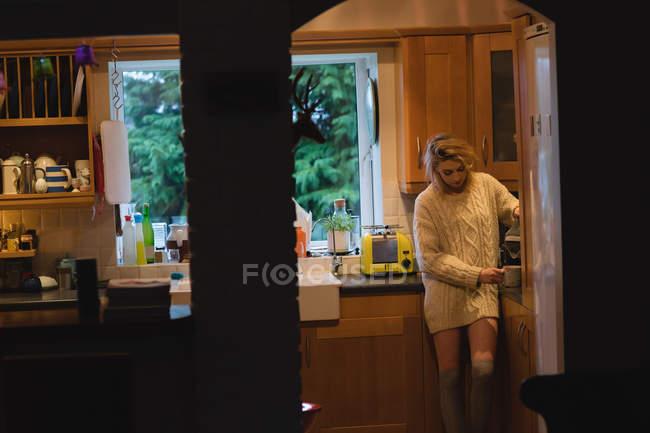 Frau bereitet zu Hause in Küche Kaffee zu — Stockfoto
