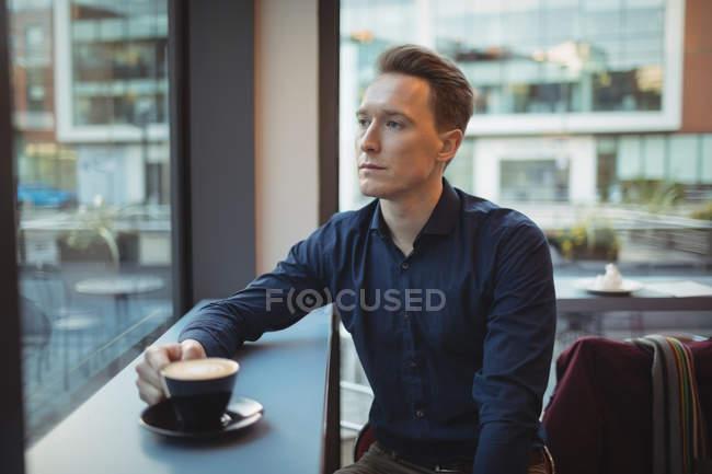 Cadres masculins prenant un café au comptoir de la cafétéria — Photo de stock