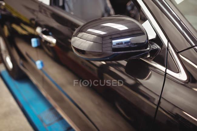 Nahaufnahme eines Luxusautos in der Werkstatt — Stockfoto