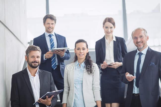 Портрет уверенность деловых людей, стоя на лестнице в офисе — стоковое фото