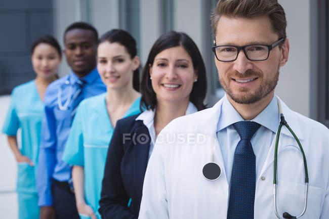Ritratto di medici sorridenti in fila nei locali dell'ospedale — Foto stock