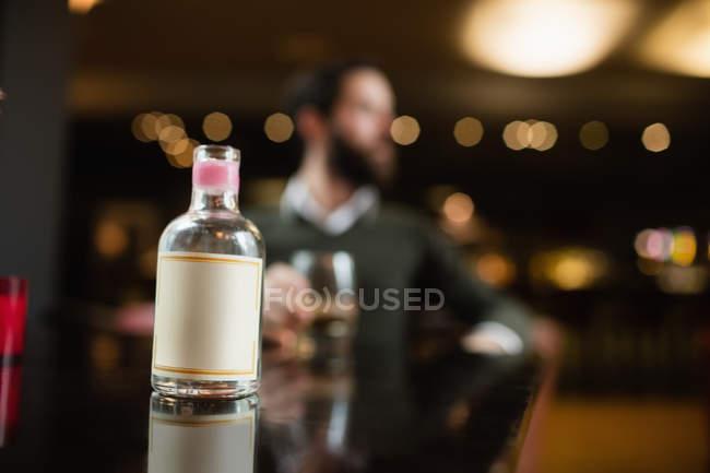 Крупний невеликий лікер пляшку на стіл в м. бар — стокове фото