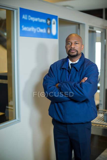 Портрет офицера безопасности аэропорта, стоя с оружием, пересекли в терминал аэропорта — стоковое фото