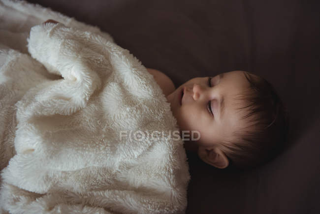 Милый ребенок спал на кровати у себя дома — стоковое фото
