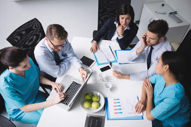 Squadra di medici in riunione nella sala conferenze — Foto stock