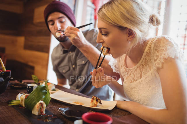 Пары есть суши в ресторане — стоковое фото