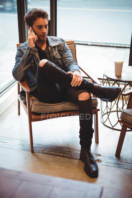 Mann telefoniert in Café — Stockfoto