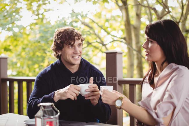 Paar beim gemeinsamen Kaffee im Restaurant — Stockfoto
