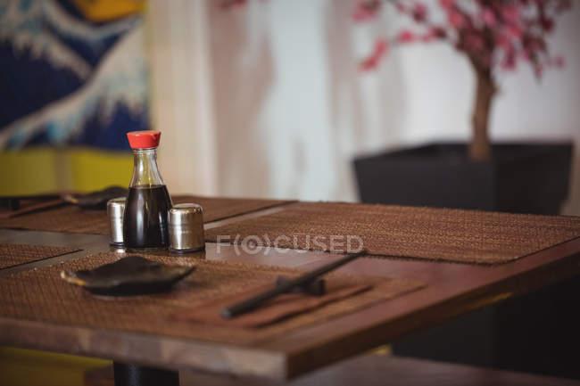 Сіль і перець шейкери на обідньому столі в ресторані — стокове фото