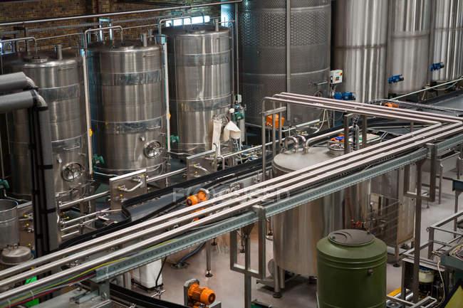 Erhöhte Ansicht von Maschinen und Produktionslinien in Saft Fabrik — Stockfoto