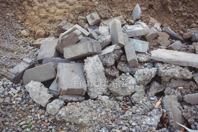 Primo piano di lastre di calcestruzzo rotte in cantiere — Foto stock