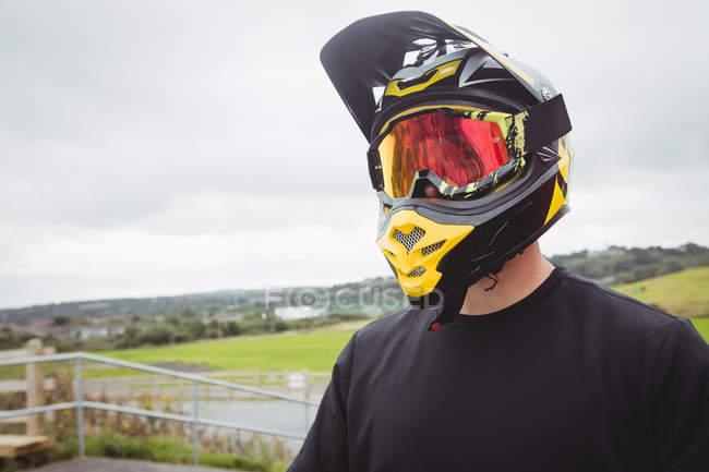 Велосипедист в шлеме в скейтпарке — стоковое фото