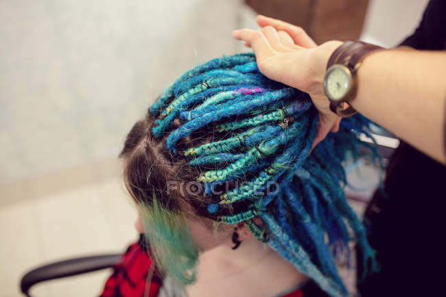 Close-up de esteticista clientes styling cabelo na loja dreadlocks — Fotografia de Stock