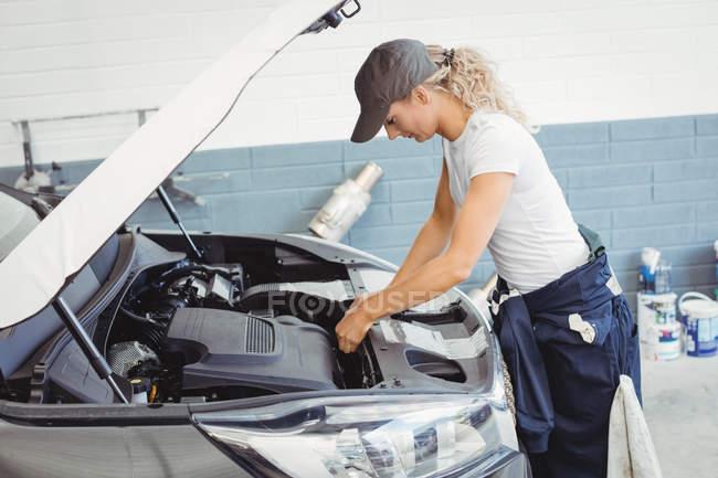 Жіночий механік обслуговування автомобіля на ремонт гаража — стокове фото