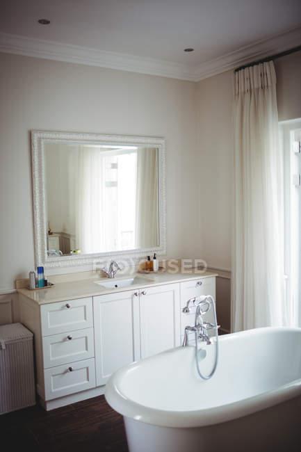 Empty bathroom with bathtub and bathroom chest at home — Stock Photo