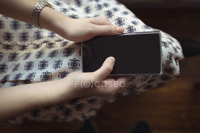 Nahaufnahme einer Frau mit Handy in Café — Stockfoto
