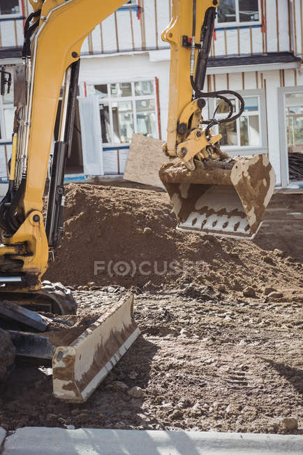 Бульдозер вирівнювання грунту на будівельному майданчику — стокове фото