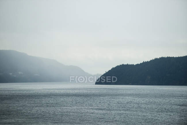 Majestic view of beautiful lake and mountains — Stock Photo