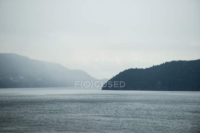 Majestätischer Blick auf See und Berge — Stockfoto