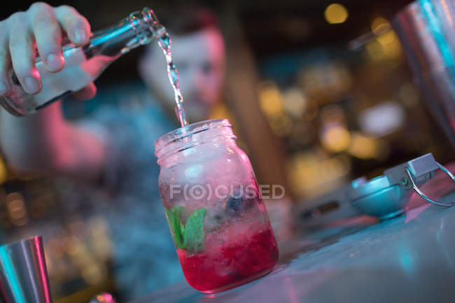 Barkeeper bereitet Cocktail am Tresen in Bar zu — Stockfoto