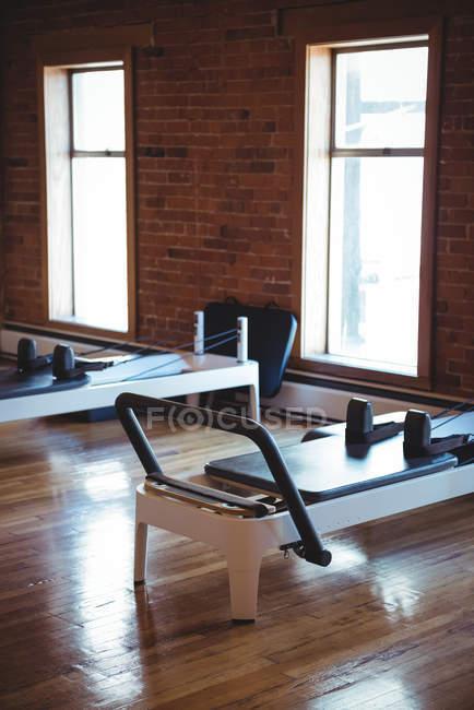 Vista interior del gimnasio vacío con equipo de ejercicio - foto de stock