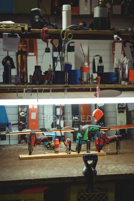 Trapano e attrezzi per fissare attacchi sci su sci in negozio — Foto stock