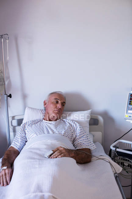 Male senior patient relaxing in the ward at hospital — Stock Photo