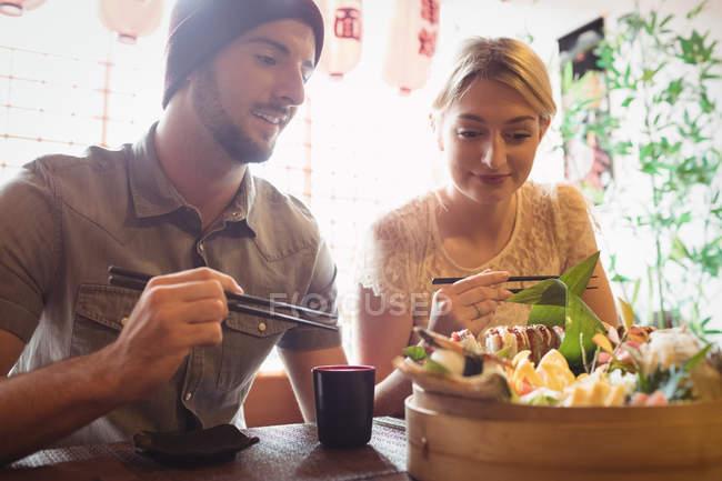 Пара занимается суши в ресторане — стоковое фото
